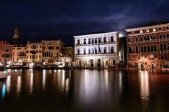 Noche tirada del canal en Venecia, Italia fotografía de archivo