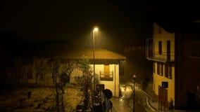 Noche tirada en la carretera nacional debajo de la lluvia