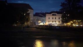 Noche Uzhgorod Vista a la calle de Korzo Iluminación hermosa de la noche almacen de video