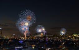 Noche Vieja de Sydney de los fuegos artificiales 2013 imagenes de archivo