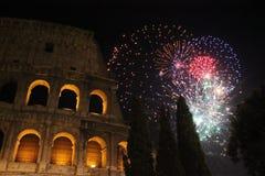 Noche Vieja en Roma, fuegos artificiales en el colosseum Imagen de archivo libre de regalías