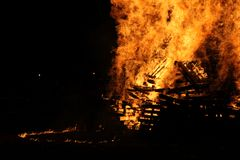 Noche y fuegos artificiales de la hoguera de Guy Faulks en el parque Londres de Battersea fotos de archivo libres de regalías