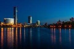 Noche Yeaterinburg antes de la salida del sol Luces de la noche y río de Iset imagen de archivo libre de regalías
