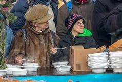Nochebuena para pobre y sin hogar en la plaza principal en Cracovia Foto de archivo