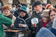 Nochebuena para pobre y sin hogar en la plaza principal en Cracovia Imagenes de archivo
