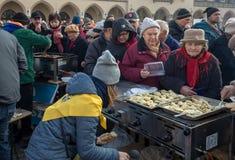 Nochebuena para pobre y sin hogar en la plaza principal en Cracovia Fotos de archivo libres de regalías