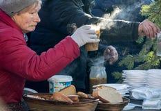 Nochebuena para pobre y sin hogar en la plaza principal en Cracovia Imagen de archivo libre de regalías