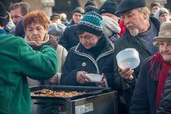 Nochebuena para pobre y sin hogar en la plaza principal en Cracovia Fotografía de archivo