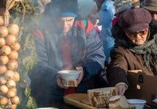 Nochebuena para pobre y sin hogar en la plaza principal en Cracovia Fotos de archivo