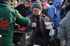 Nochebuena para pobre y sin hogar en la plaza principal en Cracovia Foto de archivo libre de regalías