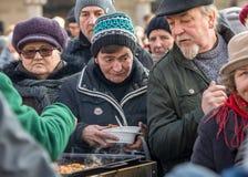 Nochebuena para pobre y sin hogar en la plaza principal en Cracovia Cada año el grupo Kosciuszko prepara la víspera más grande de Foto de archivo libre de regalías