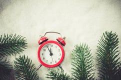 Nochebuena y Años Nuevos de reloj en nieve Imágenes de archivo libres de regalías