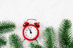 Nochebuena y Años Nuevos de reloj en nieve Imagen de archivo libre de regalías