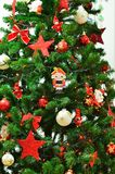 Nochebuena y cascanueces con las guirnaldas y las luces Imagen de archivo libre de regalías