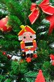 Nochebuena y cascanueces con las guirnaldas y las luces Fotos de archivo