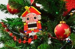 Nochebuena y cascanueces con las guirnaldas y las luces Imagen de archivo
