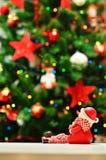 Nochebuena y muñeco de nieve con las guirnaldas y las luces Imagen de archivo libre de regalías