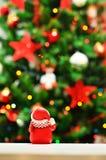 Nochebuena y muñeco de nieve con las guirnaldas y las luces Fotografía de archivo libre de regalías