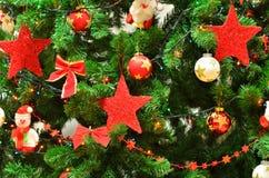 Nochebuena y Santa Claus con las guirnaldas y las luces Foto de archivo libre de regalías