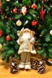 Nochebuena y Santa Claus con las guirnaldas y las luces Fotografía de archivo