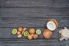 Noci con il kiwi e la noce di cocco Fotografia Stock