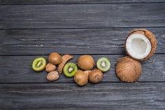 Noci con il kiwi e la noce di cocco Fotografia Stock Libera da Diritti