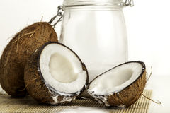 Noci di cocco con un barattolo di latte di cocco Immagine Stock Libera da Diritti
