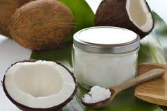 Noci di cocco ed olio di noce di cocco organico. Fotografia Stock