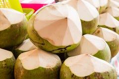 Noci di cocco fresche nel mercato Frutta tropicale fresca Fotografia Stock