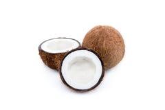 Noci di cocco mature organiche, intero e dimezzato immagine stock libera da diritti