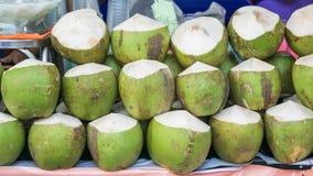 Noci di cocco sull'alimento della via nel mercato di Bangkok Fotografia Stock