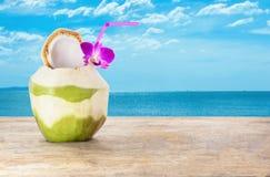 Noci di cocco verdi con cannuccia isolata su fondo bianco fotografia stock