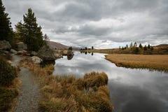 Nockalm路的湖Windeben在国家公园Nockberge,奥地利 免版税库存图片