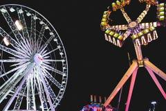 Nocna karnawałowa scena z przejażdżkami obraz royalty free