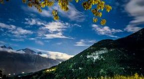 Nocne niebo chmury nad górą i gwiazdy Zdjęcie Royalty Free