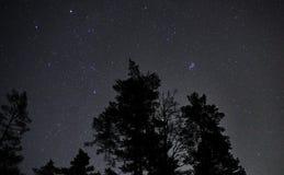 Nocne niebo gra główna rolę Auriga Pleiades i gwiazdozbiór fotografia stock
