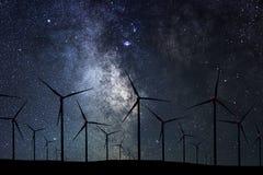 Nocne Niebo Nad Wiatrowym gospodarstwem rolnym Energii i natury nocne niebo Zdjęcie Stock