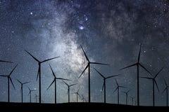Nocne Niebo Nad Wiatrowym gospodarstwem rolnym Energii i natury nocne niebo Obrazy Royalty Free