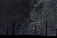 Nocne Niebo Nad Wiatrowym gospodarstwem rolnym Energii i natury nocne niebo Fotografia Royalty Free