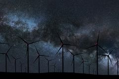 Nocne Niebo Nad Wiatrowym gospodarstwem rolnym Energii i natury nocne niebo Obraz Stock