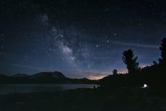 Nocne niebo w sierra Nevada góry Obrazy Stock