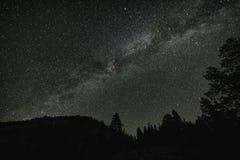 Nocne niebo w sierra Nevada góry Obrazy Royalty Free