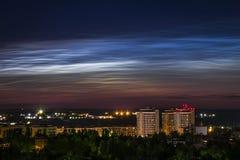 Nocne niebo widok piękne noctilucent chmury nad miastem z pejzażem miejskim przy przedpolem Obrazy Royalty Free