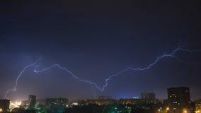 Nocne niebo z błyskawicą nad miastem Obraz Stock