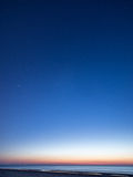Nocne niebo z gwiazdami na plaży blue horizon ważna liczba rozkazał sfer widok kosmicznego planet Zdjęcia Royalty Free
