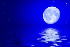 Nocne niebo z księżyc i gwiazdy odbijać w nawadniamy powierzchnię obraz royalty free