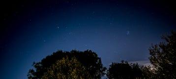 Nocne niebo z miasto łuną Fotografia Royalty Free