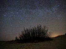 Nocnego nieba i drogi mlecznej gwiazdy, Perseus gwiazdozbiór nad morzem fotografia stock
