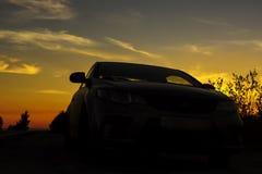 Nocny przystanek podróżny samochód na poboczu przy zmierzchem fotografia royalty free