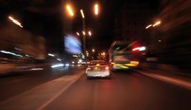 Nocny ruch drogowy w miasteczku Obrazy Royalty Free